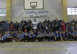 Projeto social ensina futebol americano a crianças em Curitiba
